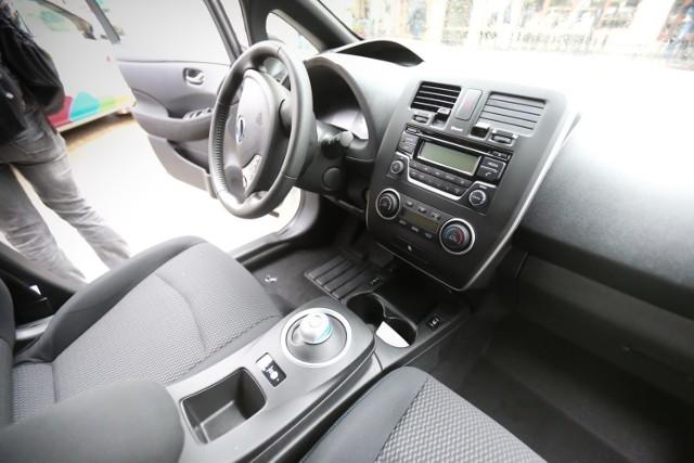 Zdjęcia poglądowe. Elektryczne nissany leaf w ramach car sharingu są dostępne we Wrocławiu.