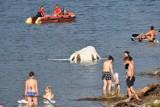 Klimkówka. Woda porwała z łąk bele siana. Wpadły do jeziora, najwięcej osiadło na cofce w Uściu Gorlickim [ZDJĘCIA]