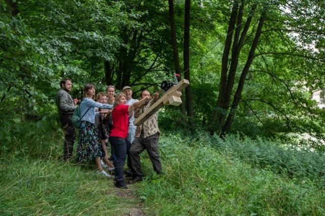 Kłoda bartna została zawieszona na jednym z drzew w Myślęcinku z inicjatywy Stowarzyszenia Czysta Puszcza Bydgoska. W tym wyjątkowym wydarzeniu wzięli udział m.in. harcerze.