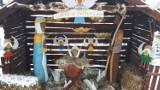 Niezwykła, drewniana szopka w zimowej, puszystej szacie na rynku w Korczynie [ZDJĘCIA]