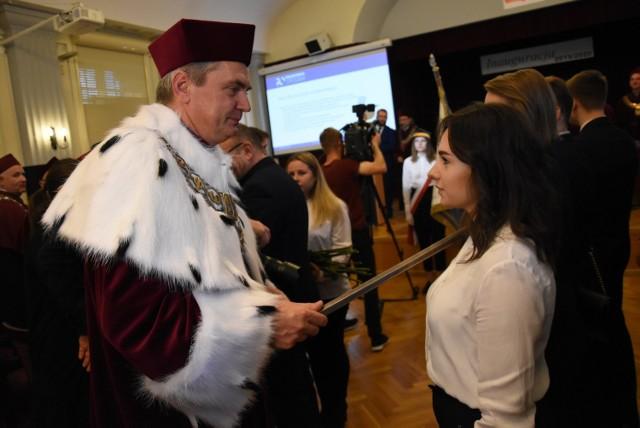 - Życzę wam, byście dobrze wykorzystali szansę na dobrą przyszłość - mówił do zgromadzonych studentów rektor PO.