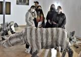 """Trwa 2020 Biennale Zielona Góra. Stwór z północy """"szaleje"""" pośród gruzów i obrazów… Artyści z niepokojem patrzą w przyszłość"""