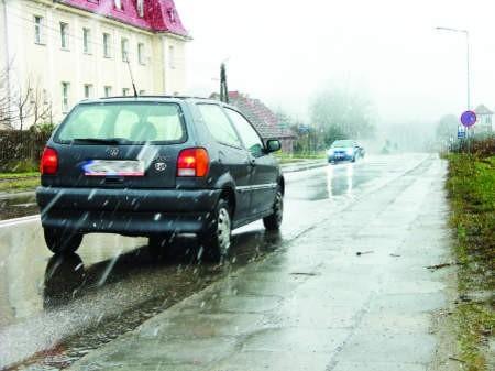 Już sam wyjazd z Bytowa zapowiada koszmar 42 kilometrów pełnej zakrętów i dziur drogi do Miastka. fot. leszek literski