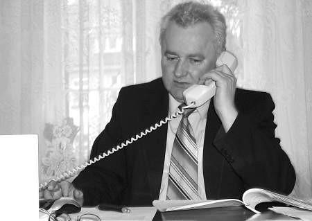 Zenon Smantek, sekretarz miasta zapewnia, że w pracy potrafi wytrzymać bez papierosa. Fot. Leszek Literski