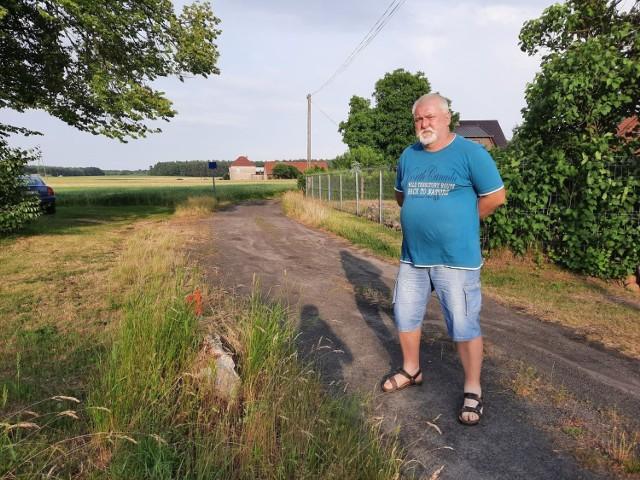 - To jest ta droga publiczna, czyli mój grunt, który teraz chcą mi zabrać - mówi Franciszek Malik.
