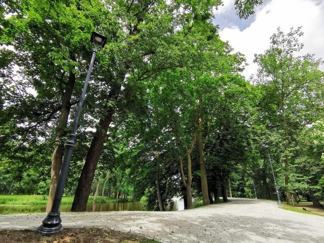 Park Miejski w Kaliszu. Na wałach pojawiły się nowe latarnie