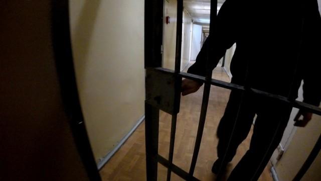 37-latkowi, który pobił kobietę i ukradł jej dowód osobisty grozi 7,5 roku więzienia.