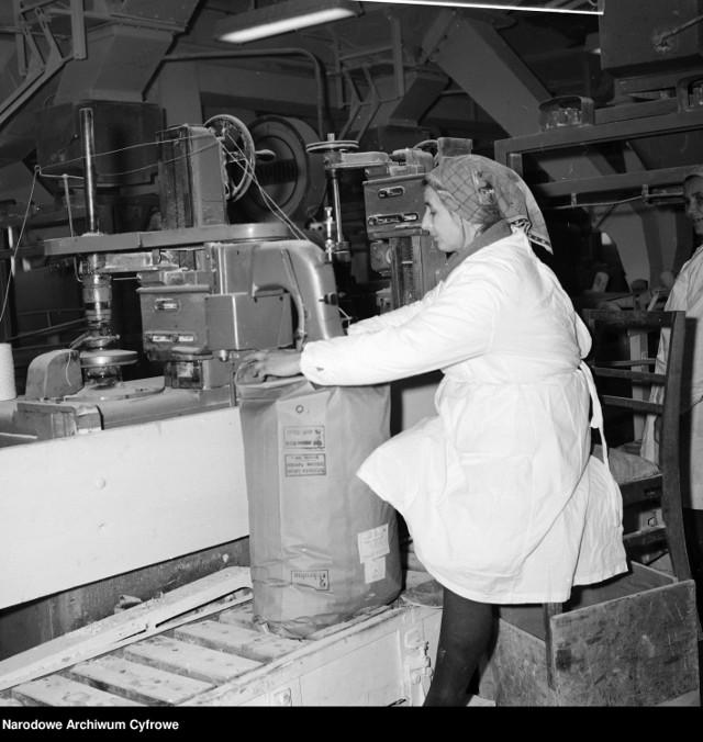 """Polska Ludowa była liderem w produkcji cukru. Nic więc dziwnego, że dla władz buraki cukrowe były przysłowiowym oczkiem w głowie. Do lubelskiej cukrowni - na przykład - ustawiały się kilometrowe kolejki plantatorów. Bywało że czekali dobę.  Choć pamiętamy głównie hasło """"Cukier krzepi!"""", pod koniec lat 80. cukier stanowił bardziej obiekt pożądania niż towar, który czekał na  sklepowej półce. Powodem była reglamentacja."""