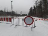 Zamknięto fragment rolkostrady w Dolinie Trzech Stawów. Rozlewisko zamarzło, a lód popękał. Trasa jest nieprzejezdna