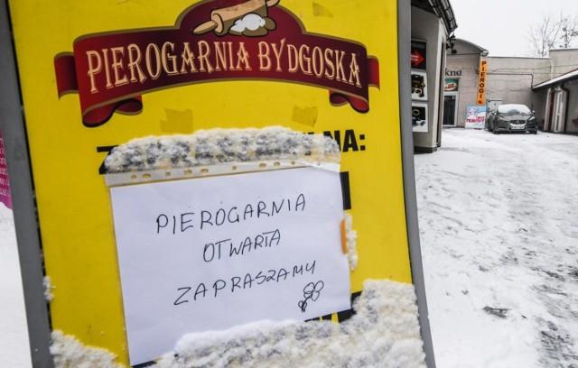 Bydgoska pierogarnia to jeden z wielu lokali gastronomicznych w całej Polsce, który został otwarty, pomimo zakazów. Jej właściciele, podobnie jak inni polscy przedsiębiorcy, mają dość polityki rządu, która dobija ich biznesy w czasie pandemii koronawirusa. Wielu przedsiębiorców podkreśla, że pomimo kolejnych ograniczeń w prowadzeniu działalności, nie mogą liczyć na wsparcie w ramach tzw. tarczy antykryzysowej.   Dlatego przedstawiciele branży gastronomicznej jednoczą siły i w ramach akcji #otwieraMY decydują się na przywrócenie stacjonarnej działalności swoich lokali, mimo obowiązujących zakazów. Do protestu dołączyli także restauratorzy z województwa kujawsko-pomorskiego.  Na kolejnych zdjęciach poznasz restauracje w Kujawsko-Pomorskiem, w których można zjeść posiłek na miejscu, przy stoliku.  Aby przejść dalej, przesuń zdjęcie gestem lub naciśnij strzałkę w prawo.