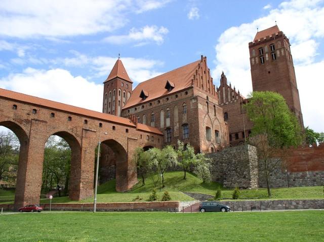 Zespół katedralno-zamkowy w Kwidzynie  Zbudowany w połowie XIV w. Trzynawowa, murowana z cegły katedra wzniesiona została na planie wydłużonego prostokąta, o układzie gotyckim. Łączy się bezpośrednio od strony zachodniej z zamkiem wybudowanym na planie kwadratu z dziedzińcem pośrodku oraz narożnymi wieżami. Do najcenniejszych i najciekawszych atrakcji architektury zamku należy unikalna na skalę europejską wieża latrynowa z 1384 roku, zwana Gdaniskiem. Ustawiono ją ponad pięćdziesiąt metrów przed zachodnim skrzydłem zamku i połączono z nim długim, pięcioprzęsłowym gankiem. Wnętrze ganku kryte jest płaskim stropem belkowym i oświetlone z obu stron małymi otworami. Zamek i katedra zachwycają swoim ogromem, gotyckimi wnętrzami, które pamiętają najdawniejsze dzieje i kryją tajemnice życia średniowiecznego. Obecnie w zamku mieści się Muzeum Zamkowe, w którym można podziwiać zbiory etnograficzne (prezentacja kultury materialnej regionu Dolnego Powiśla), rzemiosło artystyczne, zbiory historyczne, broń, zbiory przyrodnicze, narzędzia kar i tortur, rzeźba barokowa z terenu Pomorza, fauna i flora północnej Polski oraz zwierzęta egzotyczne.