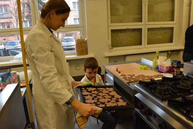 Dzieci piekły świąteczne ciastka w ekonomiku