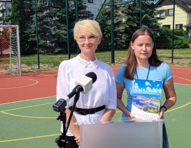 Prezydent Anna Mieczkowska i Joanna Pawlak, pełnomocniczka prezydentki podczas prezentacji wyników tegorocznego BO. Obie panie wystąpiły na boisku przy placu Trzech Tenorów w Radzikowie