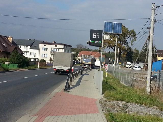 Pojazd, który właśnie przejechał obok tablicy, przekroczył prędkość o 13 km/h. Czy aby na pewno jechał z taką prędkością?