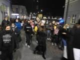 Strajk kobiet. Ponad tysiąc osób wyszło na ulice Suwałk. Pikietujący krzyczeli: To jest wojna! Gdzie jest Jarek?!  [zdjęcia, video]