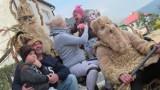 Dobra. Śmiguśnioki polewali wodą i bawili mieszkańców w Lany Poniedziałek.  To tradycja kultywowana tam od pokoleń [ZDJĘCIA]
