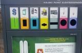 Nowoczesny pojemnik na odpady. Specjalne otwory na konkretne przedmioty. Zachęca do segregacji
