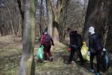 """W Pruchniku zbiera się grupa mieszkańców, którzy będą sprzątać okolice rzeki Mleczki. To część ogólnopolskiej akcji """"Operacja Czysta Rzeka"""""""