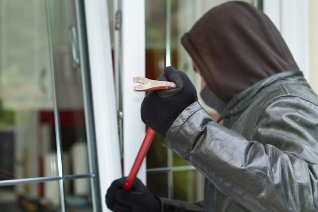 Jak podaje haloursynow.pl, w jednej z warszawskich dzielnic doszło do kilku włamań do mieszkań. Jak się okazuje, złodzieje w biały dzień wspięli się po balkonach do wyżej położonych lokali i błyskawicznie je okradli. Mimo to wspinaczki nie zauważył nikt z sąsiadów.