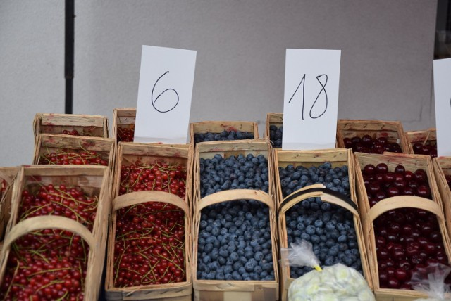 """W pełni sezonu na oświęcimskim targowisku """"królują"""" ogórki, czosnek i chrzan. Z owoców wiśnie, porzeczki i maliny. Ceny zbliżone."""