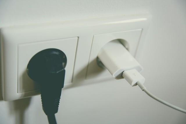 Zobaczcie, które to urządzenia. (na kolejnych zdjęciach>>>>>>>>)  Zaleca się aby urządzenia elektryczne ze względów bezpieczeństwa ale także oszczędności wyłączać gdy nie są używane.