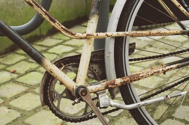 """Każdy użytkownik roweru wie, iż przed sezonem najważniejsza jest diagnostyka osprzętu i nie tylko – taki morał wynika z podręczników. Niestety część  rowerzystów, tuż po oficjalnie zakończonej zimie, zaczyna """"pedałować"""" na najwyższym biegu, co kończy się urwanym łańcuchem lub ułamanym zębem przekładni. Profilaktyczna diagnostyka roweru """"po i przed"""" jest konieczna."""