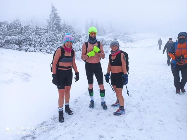 Żagańscy śmiałkowie weszli w szortach na Śnieżkę! warunki były ekstremalne