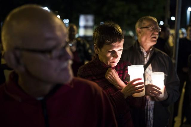 Protestujący pojawili się pod sądami ze świeczkami i zniczami