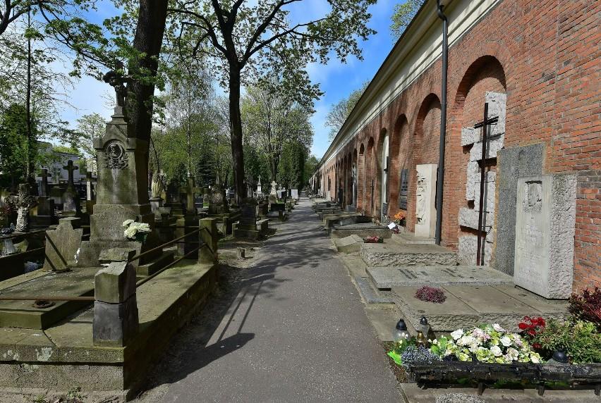 Władysław Ciastoń, były szef SB uwikłany w zabójstwo ks. Popiełuszki, pochowany na Powązkach. Wraca dyskusja o grobach dygnitarzy PZPR