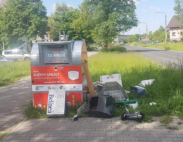 W Będzinie pojawiło się 10 pojemników na elektroodpady. Ostatnio mieszkańcy zostawiają wokół nich większe sprzęty, a to nie jest dla nich miejsce   Zobacz kolejne zdjęcia/plansze. Przesuwaj zdjęcia w prawo - naciśnij strzałkę lub przycisk NASTĘPNE