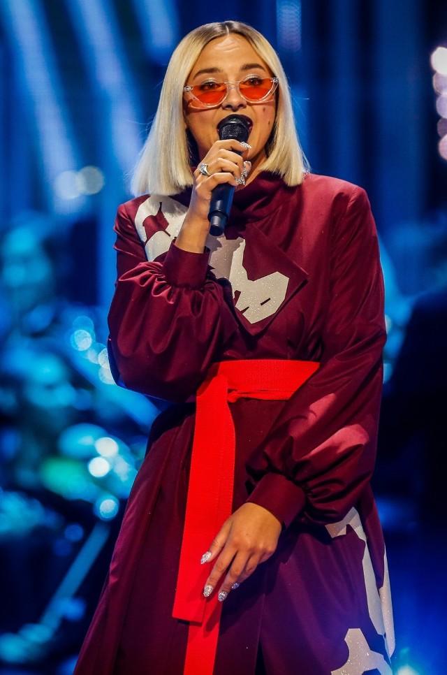 """WYSTĄPI W PIĄTEK, 13 LIPCA O GODZ. 20.00    Natalia Nykiel – mocnym krokiem weszła na muzyczny rynek. Jej debiutancki album """"Lupus Electro"""" zrewolucjonizował polską scenę elektroniczną i popową i uzyskał status złotej płyty, a pochodzące z niej single """"Bądź duży"""" i """"Error"""" status diamentowych singli. Jednocześnie Natalia stała się niekwestionowaną muzyczną ikoną sieci, teledyski do jej utworów mają łącznie ponad 155 milionów wyświetleń. Artystka wypracowała sobie pozycję jednej z najbardziej szanowanych i pożądanych wokalistek w kraju. Jest jedną z niewielu artystek, której koncerty to koncepcyjne widowiska. Wystąpiła na najważniejszych festiwalach w kraju i za granicą. Zagrała m.in. na Audioriver Festival, Electronic Beats Festival w Köln, Kraków Live Festival czy Orange Warsaw Festival.  W 2017 roku premierę̨ miała jej druga płyta zatytułowana """"Discordia"""". Przy jej powstawaniu Natalię wspierali m.in. Maria Peszek i Dawid Podsiadło. Za produkcję drugiego albumu ponownie w całości odpowiedzialny był Michał Fox Król. Płyta otrzymała m.in. nagrodę O!Lśnienia 2017 dla najlepszej polskiej płyty ubiegłego roku oraz nominację do Fryderyka w kategorii Album Roku Elektronika."""