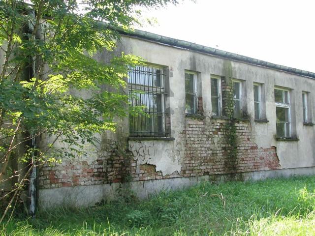 Stan budynku dawnej szkoły jest katastrofalny
