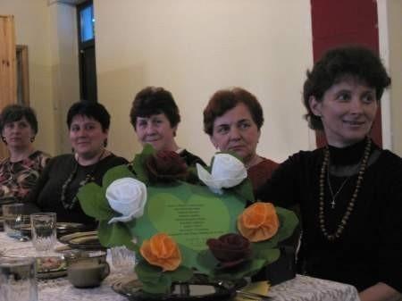 Dzień Kobiet w Łęgu. Na zdjęciu (od prawej) Krystyna Prabucka, Zofia Lica, Władysława Galikowska, Danuta Kosecka i Adela Sapińska. Fot. Maria Sowisło