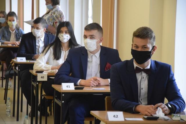 Pandemia koronawirusa przesunęła tegoroczne matury o ponad miesiąc. Wyglądają inaczej niż w latach ubiegłych, bo szkoły musiały je przygotować według ustalonych zasad sanitarnych. Na zdjęciach możecie zobaczyć absolwentów Kolegium Kujawskiego w Aleksandrowie Kujawskim przed egzaminem z matematyki.