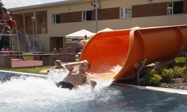 Zbliża się upalny weekend, według prognoz pogody w Rzeszowie w sobotę i w niedziele będzie ponad 25 stopni. Taka pogoda z pewnością sprzyja wypadowi na basen. Planujesz taki, ale obawiasz się, że rzeszowskie pływalnie będą pękać w szwach? Przygotowaliśmy kilka propozycji basenów w okolicy!