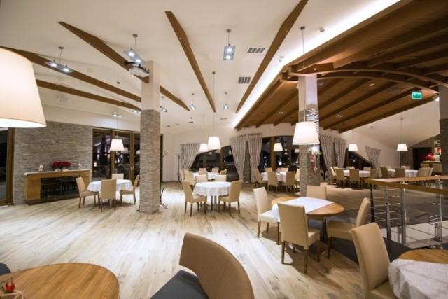 Restauracja Molo Restauracja Molo w Osieku specjalizuje się w potrawach tradycyjnych, ale podanych w nowoczesnym wydaniu. Lokal posiada bardzo różnorodne menu, w którym każdy znajdzie coś dla siebie. Opiera się na autorskich przepisach szefa kuchni Sławomira Bienia, w których wykorzystuje produkty sezonowe. Warto zaznaczyć, że na prośbę gości posiłki można dostosować do indywidualnych potrzeb (np. w wersji bezglutenowej bądź dla diabetyków). Śmiało można powiedzieć, że jednym z większych atutów restauracji są niesamowite widoki. Jak mówią, kawa z widokiem na jezioro smakuje jeszcze lepiej. Goście cenią sobie tu także przystępne ceny i duże, estetycznie podane porcje jedzenia. To doskonałe miejsce na wypad we dwoje, ale też dla całych rodzin.
