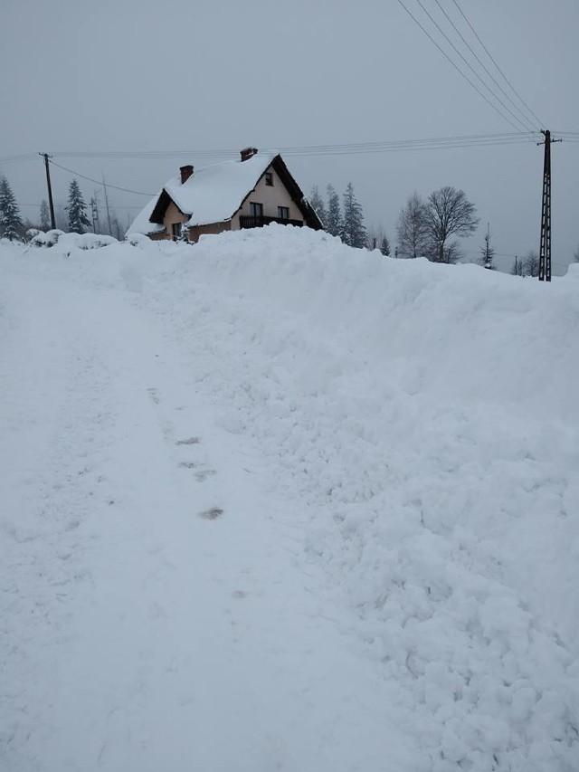 Trwa walka ze śniegiem, walczą gminy, ale sami mieszkańcy też nie mają łatwo. Tak wygląda sytuacja w Lalikach, w gminie Milówka na Żywiecczyźnie
