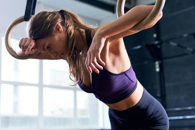 Aktywność fizyczna to niezbędny element zdrowego stylu życia, są jednak sytuacje, w których lepiej jest zrezygnować z treningu lub zamienić go na lżejsze ćwiczenia. Pozwoli to uniknąć nieprzyjemnych objawów ze strony organizmu, zapobiec spadkom wydolności, a także zmniejszyć ryzyko kontuzji czy powikłań.   Sprawdź, w jakich 10 sytuacjach zamiast wysiłku lepiej zafundować sobie odpoczynek!