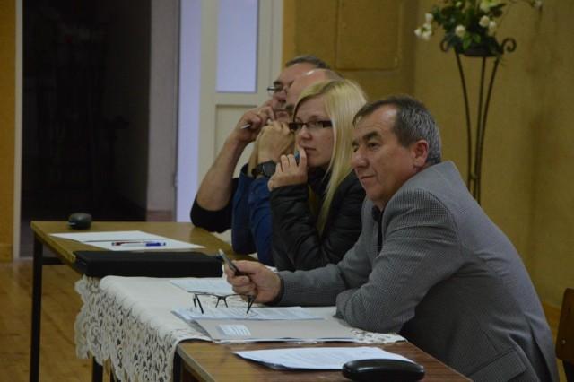 Wójt Andrzej Barylski (na pierwszym planie) ma nadzieję, że uda się utrzymać przejazdy kolejowe w Zielkowicach