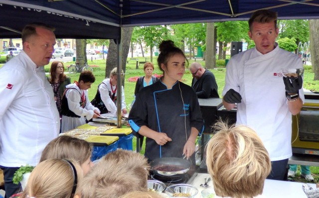 Topowy kucharz Karol Okrasa - z asystą Natalii Paździor - prowadził pokaz dla publiczności podczas Pikniku Kulinarnego na rynku w Busku-Zdroju.