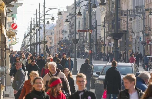 Teraz artykuł brytyjskiego tabloidu wzbogacają zdjęcia tłumu spacerowiczów korzystających na deptaku z ładnej pogody