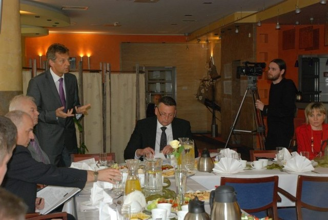 Dyskusja w Hokerze była gorąca. Prezes elektrowni Turów Roman Walkowiak wielokrotnie apelował do burmistrza Andrzeja Grzmielewicza o zaprzestanie uprawiania polityki w samorządzie i zajęcie się skutecznym zarządzaniem gminą
