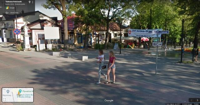 """Kolorowy samochód lub inny pojazd z logo Google i charakterystyczną """"kopułką"""" na górze w sierpniu 2017 roku można było zauważyć na ulicach Buska - Zdroju, bo to wtedy robiono zdjęcia do funkcji Google Street View.  Na niektórych osiedlach zdjęcia wykonane zostały w 2019 roku, pięć lat wcześniej, w 2012 roku lub w 2013 roku. W programie automatycznie zamazywane są ludzkie twarze i tablice rejestracyjne samochodów, ale na zdjęciach można rozpoznać siebie lub kogoś znajomego po charakterystycznej sylwetce, ubraniu lub miejscu. A może to ciebie upolowała kamera Google'a - na spacerze z psem, w czasie zakupów lub podczas rowerowej przejażdżki?"""