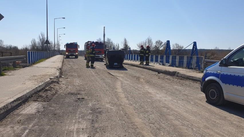 Wypadek w Skarżysku. Wjechał BMW na zamknięty wiadukt i dachował (ZDJĘCIA)