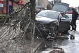 Kolizja w Międzychodzie na ulicy 17 Stycznia. Samochód zatrzymał się na drzewie