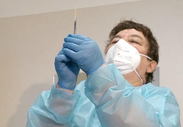 Pierwsze szpitale w regionie łódzkim kończą szczepienia pracowników. Chętnych jest coraz więcej, niektórzy mają pretensje, że szczepienia idą zbyt wolno.  CZYTAJ DALEJ >>>   .