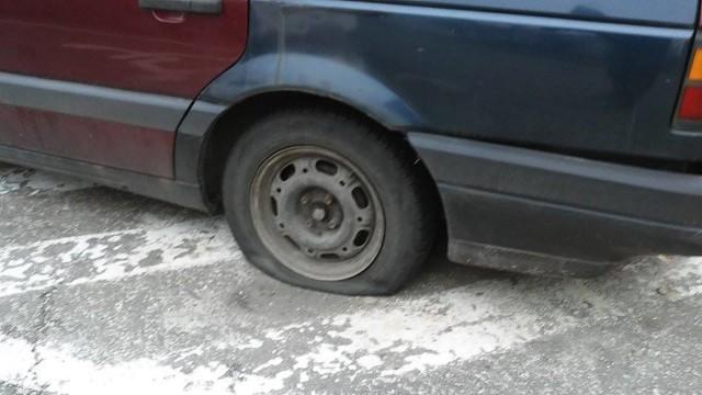 Wandale poprzebijali opony w kilkunastu samochodach