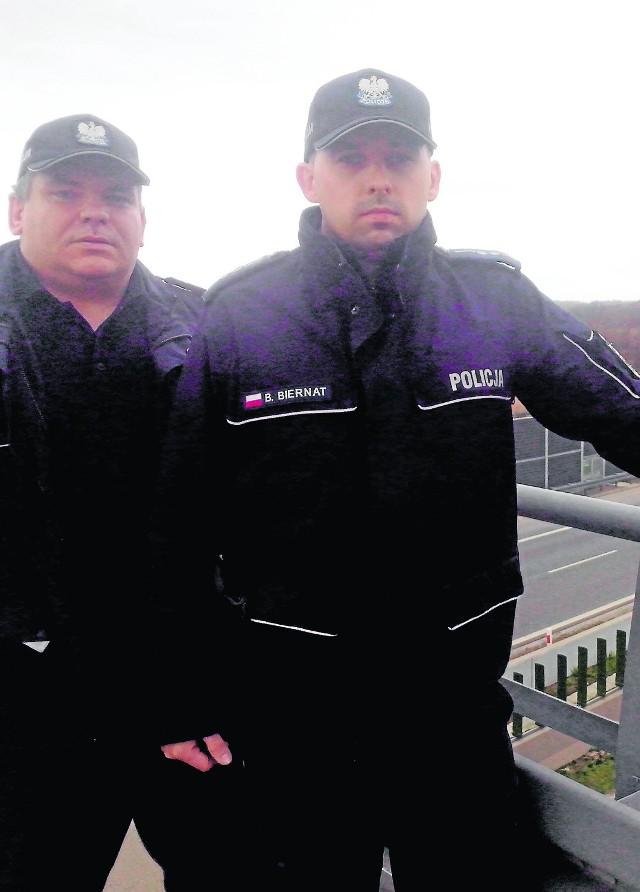 St. asp. Sławomir  Kwiatek  i asp. Bogusław  Biernat uratowali desperata, który z tego wiaduktu zamierzał wykonać samobójczy skok