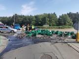 Kilka tysięcy butelek piwa wypadło z ciężarówki na rondzie Falbanka we Włocławku [zdjęcia]