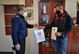 Policjanci podziękowali panu Marcinowi z Bytowa. W kwietniu pomógł zatrzymać rozbójnika